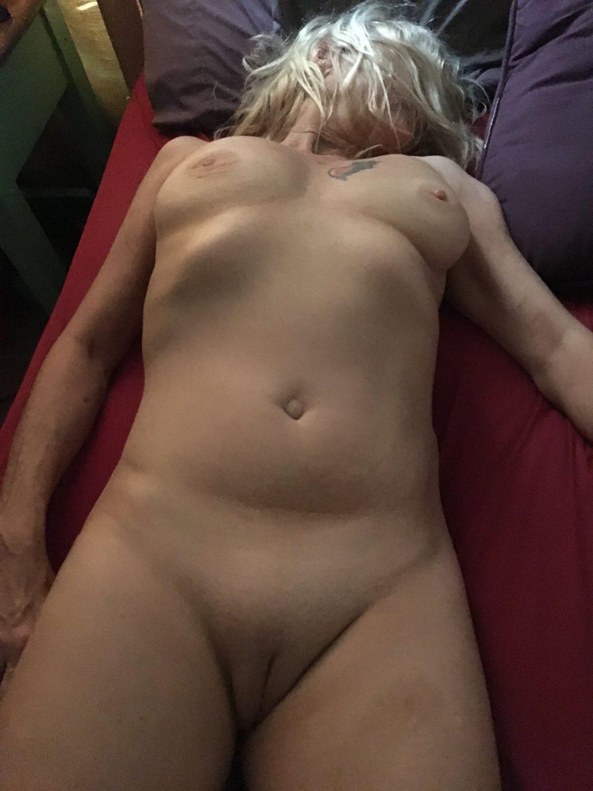 Altes Eheweib nackt und unbefriedigt