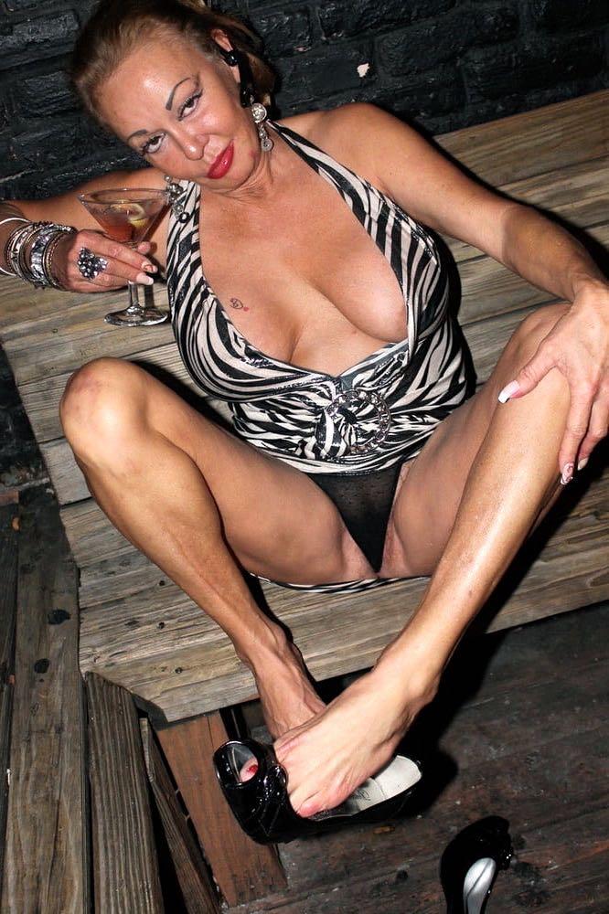 Reife Witwe bietet Sex und Fussfetisch